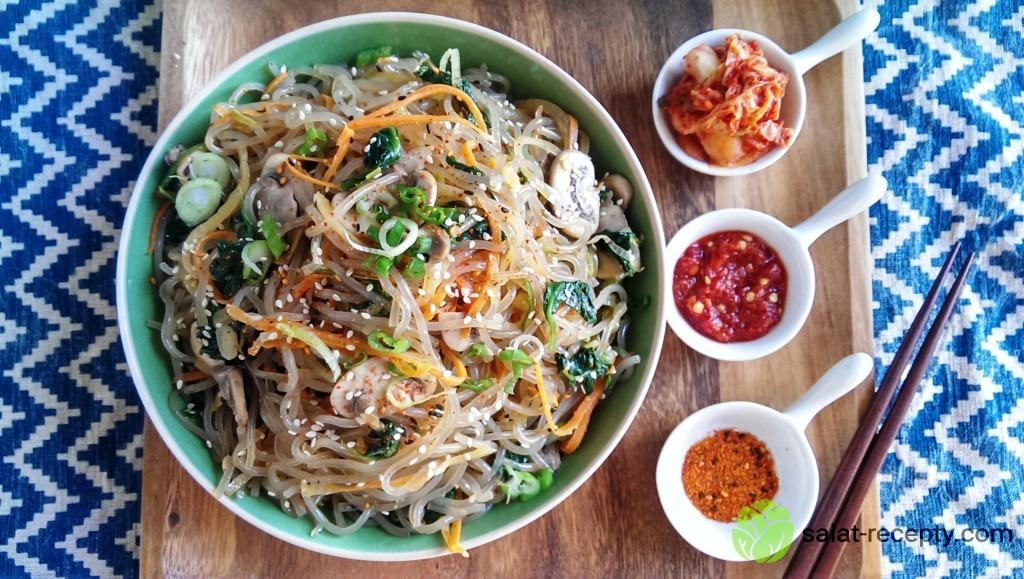 Пикантный салат с фунчозой, говядиной и овощами