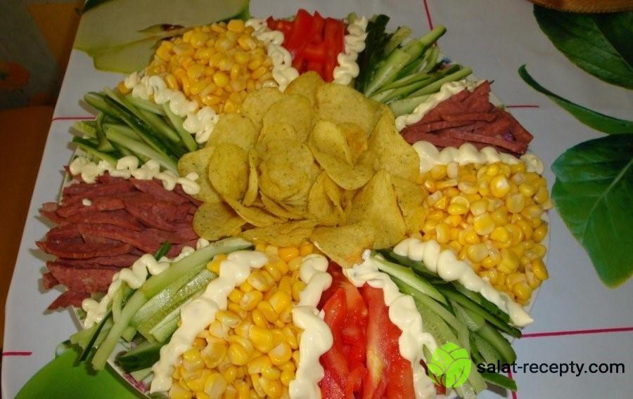Салат Радуга с чипсами и колбасой